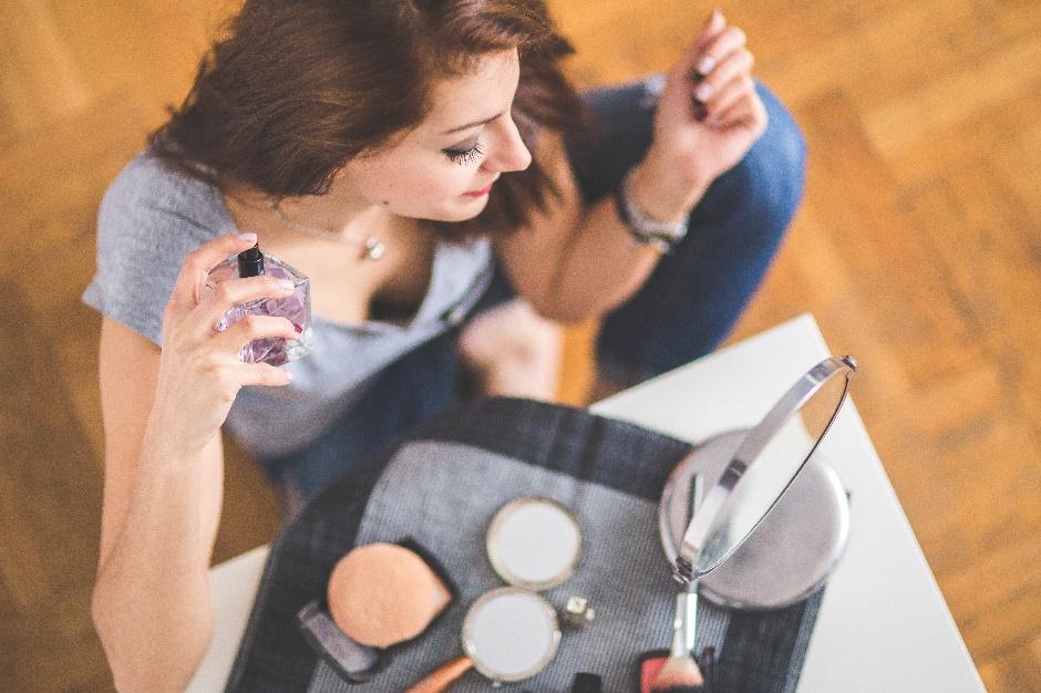 Vrouw met parfumflesje